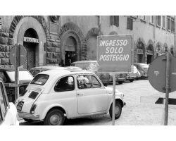 1970 L01 Parcheggio In piazza Duomo angolo via dei Servi 04 FIAT 500