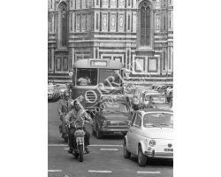 1972  L30 02  auto FIAT 500  autobus  in Piazza Duomo ataf
