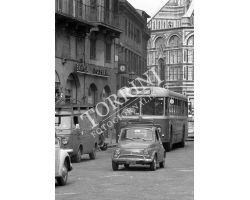 1972  L30 03 auto FIAT 500  autobus  in Piazza Duomo ataf