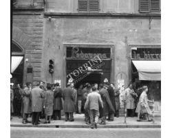 Foto storiche Firenze   ragazzi  in via cerretani birreria padovano