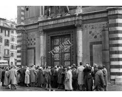 Foto storiche Firenze   turisti al battistero in piazza duomo