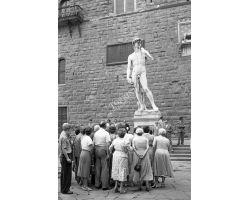 Foto storiche Firenze  turisti in piazza signoria
