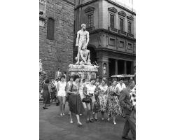 Foto storiche Firenze turiste  in Piazza Signoria
