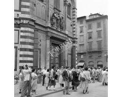 Foto storiche Firenze  turisti in piazza duomo battistero