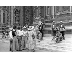 Foto storiche Firenze  ragazze turiste sagrato duomo