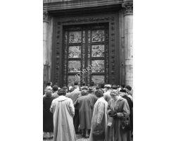 Foto storiche Firenze   porta del battistero con turisti