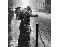 Bacio sotto la neve in via Cavour