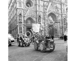 Corteo lavoratori contadini in piazza Duomo