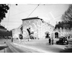 Porta romana con auto fiat