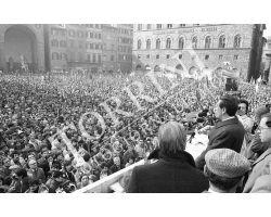 Enrico Berlinguer parla in piazza Signoria PCI 01 Ventura