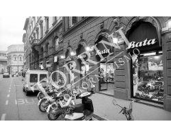 Negozio Bata in via Martelli motorini Piaggio