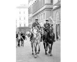 Vigili Urbani VVUU a cavallo in via Calzaiuoli