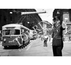 104 Vigile Urbano in Piazza Duomo Via Martelli con filobus