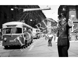 104 Vigile Urbano in Piazza Duomo con filobus