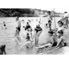 Bagni nel fiume Arno con bambini