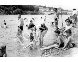 106 Bagni nel fiume Arno con bambini
