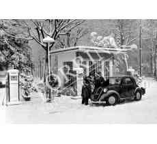 112 Fiat Topolino Distributore benzina in Piazza Ferrucci con neve