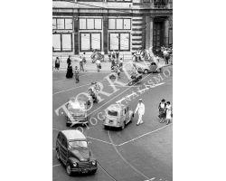 124 Vigile e traffico auto in Piazza Duomo