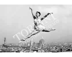 139 Ballerina con veduta dal Piazzale Michelangelo