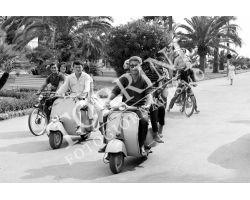 143 Ragazzi in Vespa al mare a  Viareggio