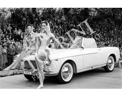 Modelle moda Pucci con auto
