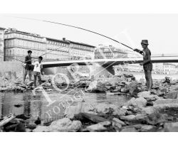 Bambini pescatori sull\'Arno