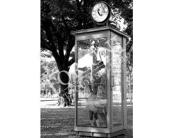 Donna e bambina in cabina telefonica