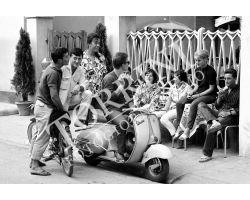 167 Ragazzi in vespa a Viareggio