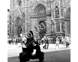 205 Vespa in controluce in Piazza Duomo