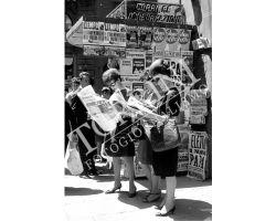 Donne davanti a edicola