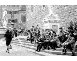 Ragazzi e donna in Piazza Signoria