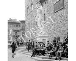 241 Ragazzi e donna in Piazza Signoria 2