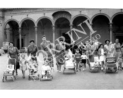 295 Tate con bambini  degli Innocenti in Piazza Santissima Annunziata